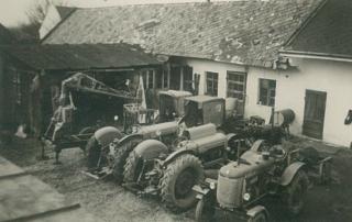 John Deere Traktoren vor der Werkstatt